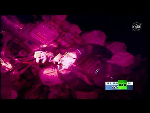 رائدا الفضاء كريس كاسيدي وبوب بنكن يخرجون إلى الفضاء المكشوف